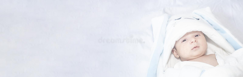 Urocza śliczna nowonarodzona chłopiec na białym tle Uroczy dziecko był ubranym królika kostium z długimi ucho wielkanoc wakacje fotografia royalty free