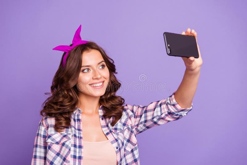 Urocza śliczna słodka wspaniała ładna dama z jej brunetki fryzurą zdjęcia royalty free