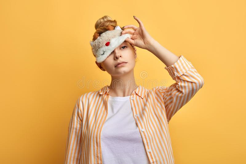Urocza śpiąca dama próbuje zdejmować eyemask w ranku obraz royalty free