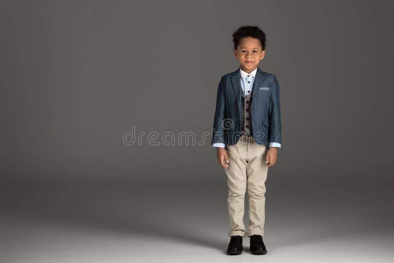 urocza amerykanin afrykańskiego pochodzenia chłopiec pozycja w kostiumu zdjęcie stock