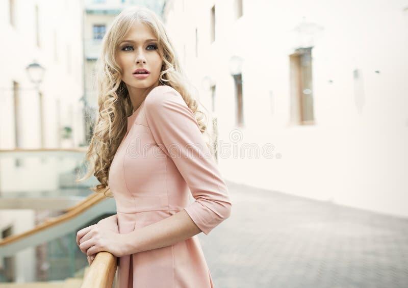 Urocza blondynki kobieta z delikatną skórą zdjęcia royalty free