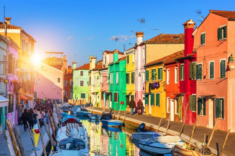 Urocza domowa fasada i kolorowe ściany w Burano, Wenecja Burano zdjęcia royalty free