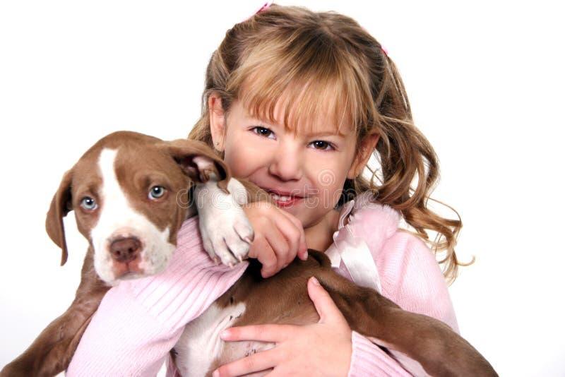 urocza dziewczyna mały mienie jej szczeniak zdjęcie stock