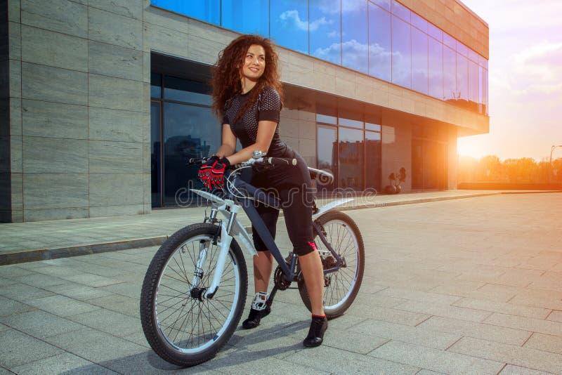 Urocza dziewczyna na rowerowy ono uśmiecha się outdoors zdjęcia stock