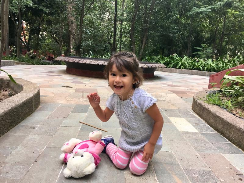 Urocza dziewczyna ono uśmiecha się i bawić się zdjęcie stock