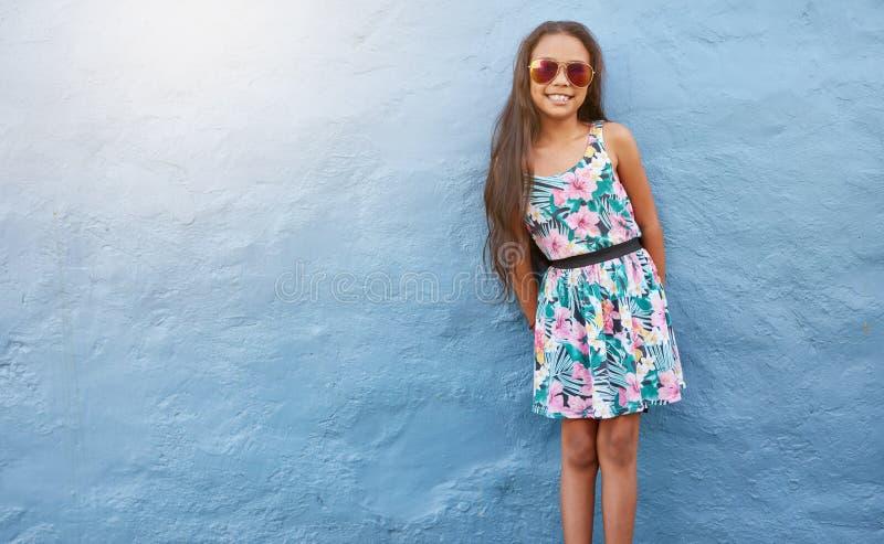 Urocza dziewczyna w pięknej sukni i okularach przeciwsłonecznych fotografia stock