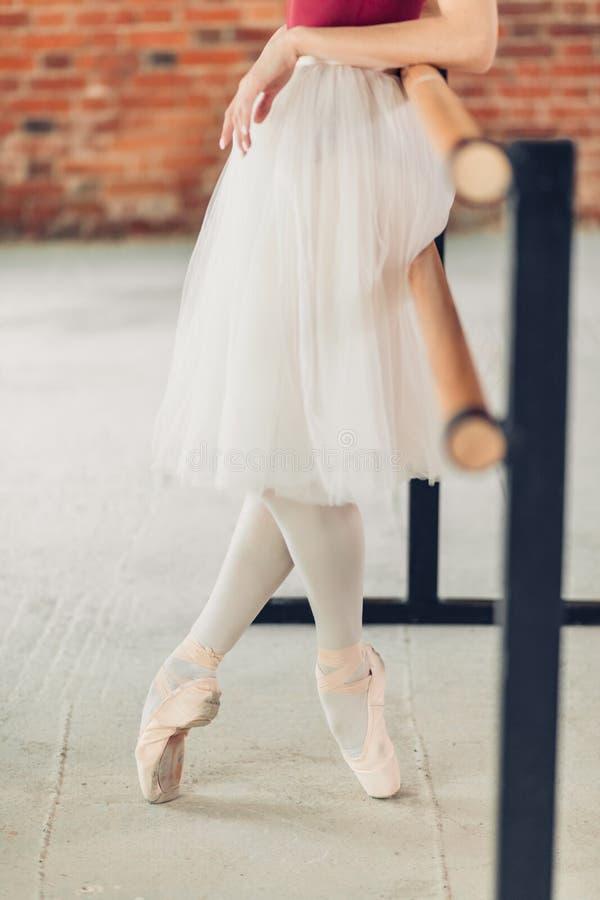 Urocza dziewczyna w spódniczka baletnicy ma przerwę po długiego szkolenia zdjęcie royalty free