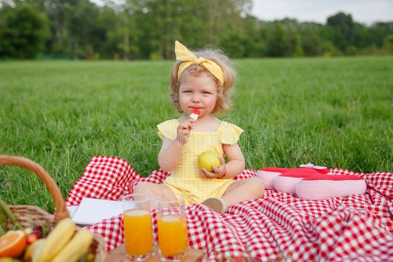 Urocza dziewczyna z jabłkiem na szkockiej kracie obrazy stock