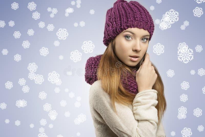 Urocza dziewczyna z zimą odziewa fotografia royalty free