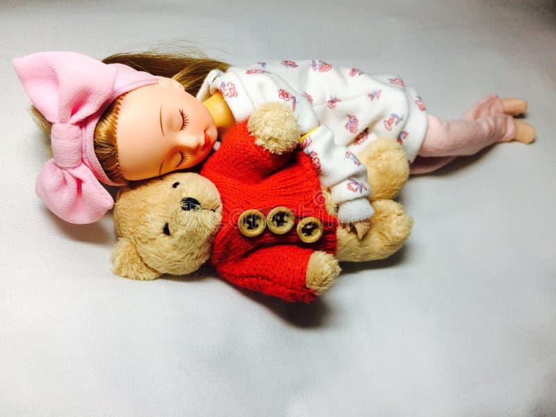 Urocza Japońska lala śpi z jej misiem zdjęcia stock