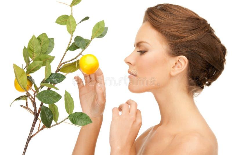 Urocza kobieta z cytryny gałązką zdjęcie stock
