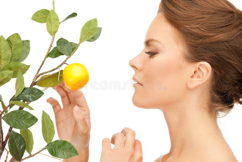 Urocza kobieta z cytryny gałązką zdjęcia stock