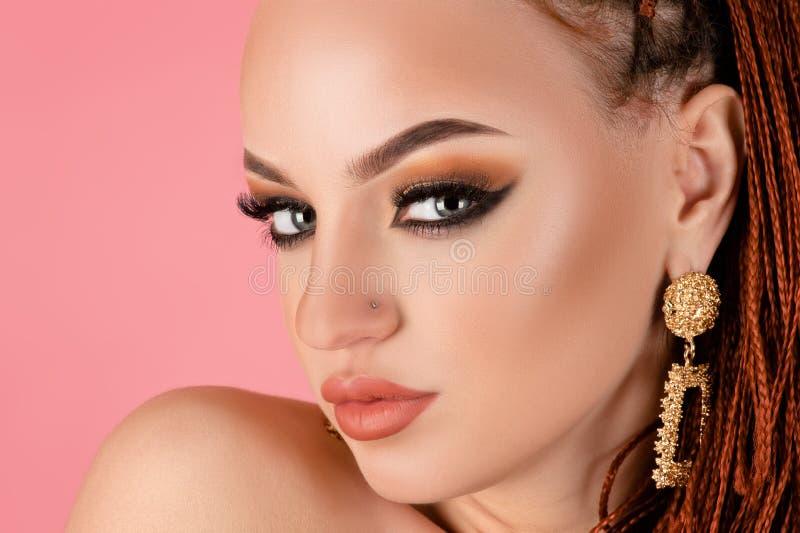 Urocza kobieta z pięknym makijażem obraz stock