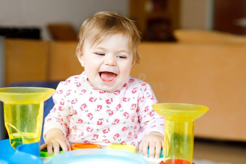 Urocza ?liczna pi?kna ma?a dziewczynka bawi? si? z edukacyjnymi zabawkami lub pepinier? w domu Szcz??liwy zdrowy dziecko ma zdjęcia stock