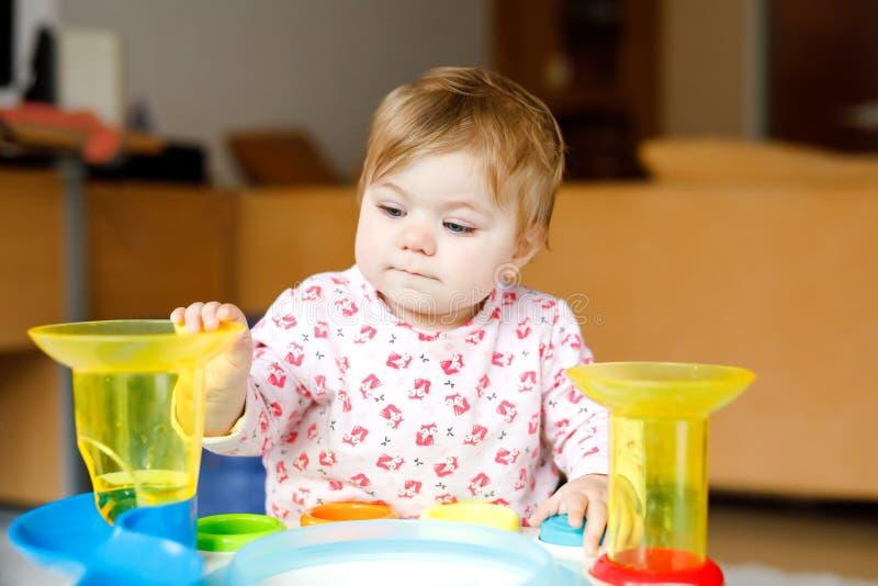 Urocza ?liczna pi?kna ma?a dziewczynka bawi? si? z edukacyjnymi zabawkami lub pepinier? w domu Szcz??liwy zdrowy dziecko ma zdjęcie royalty free