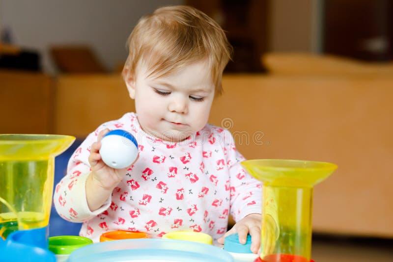Urocza ?liczna pi?kna ma?a dziewczynka bawi? si? z edukacyjnymi zabawkami lub pepinier? w domu Szcz??liwy zdrowy dziecko ma zdjęcia royalty free