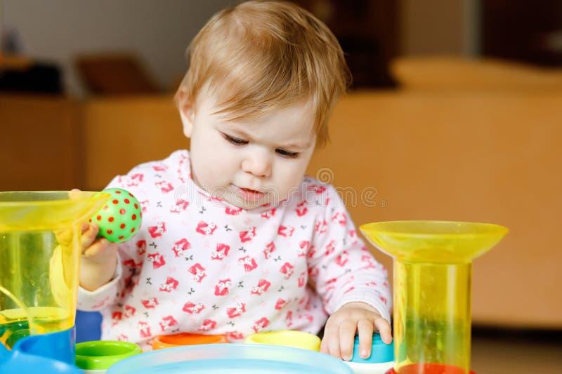 Urocza ?liczna pi?kna ma?a dziewczynka bawi? si? z edukacyjnymi zabawkami lub pepinier? w domu Szcz??liwy zdrowy dziecko ma obrazy stock