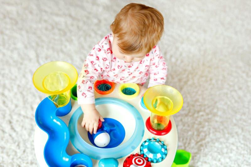 Urocza ?liczna pi?kna ma?a dziewczynka bawi? si? z edukacyjnymi zabawkami lub pepinier? w domu Szcz??liwy zdrowy dziecko ma obraz stock