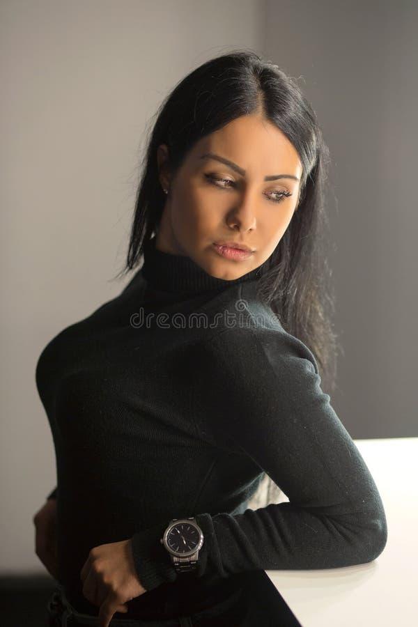Urocza młoda brunetka pozuje w studiu fotografia royalty free