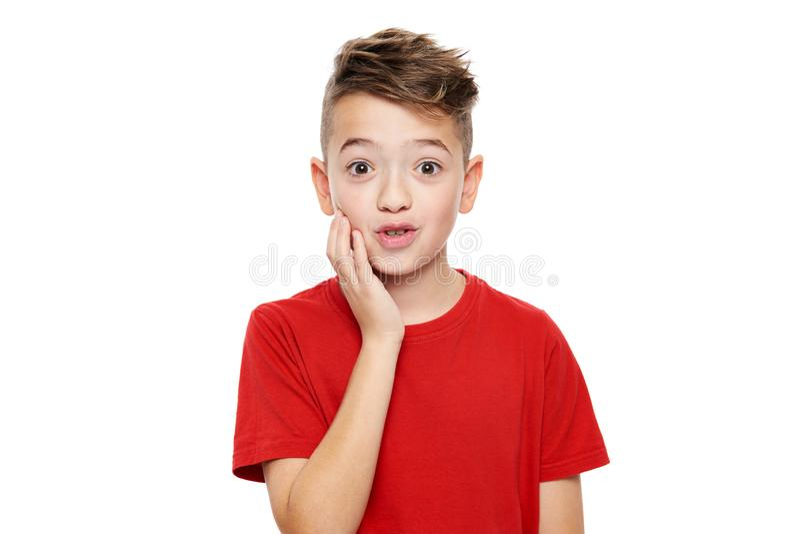 Urocza młoda chłopiec w szoku, odosobniony nadmierny biały tło Szokujący dziecko patrzeje kamerę w niewiarze zdjęcia royalty free
