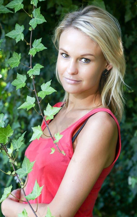 Urocza młoda dama w ogródzie zdjęcie royalty free