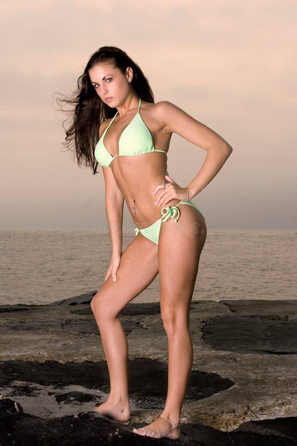 Urocza młoda kobieta w bikini zdjęcia stock
