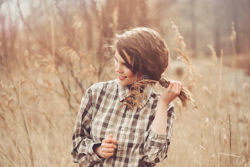 Urocza młoda kobieta w szkockiej kraty koszula na wygodnym kraju spacerze na polu zdjęcie stock