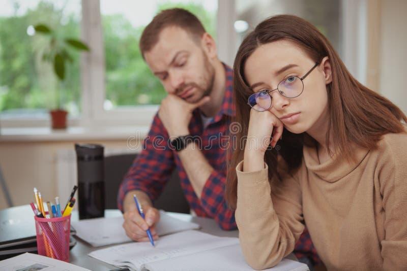 Urocza młoda nastoletnia dziewczyna pracuje na projekcie z jej nauczycielem zdjęcia stock