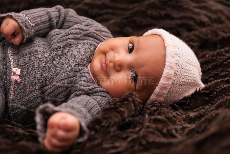 Urocza mała amerykanin afrykańskiego pochodzenia dziewczynka zdjęcie stock