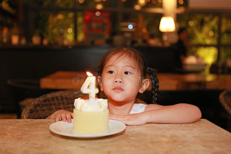 Urocza mała Azjatycka dziecko dziewczyna z wszystkiego najlepszego z okazji urodzin torta 4 lat obrazy stock