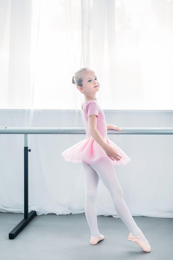 urocza mała balerina w różowego spódniczka baletnicy ćwiczy balecie obrazy stock