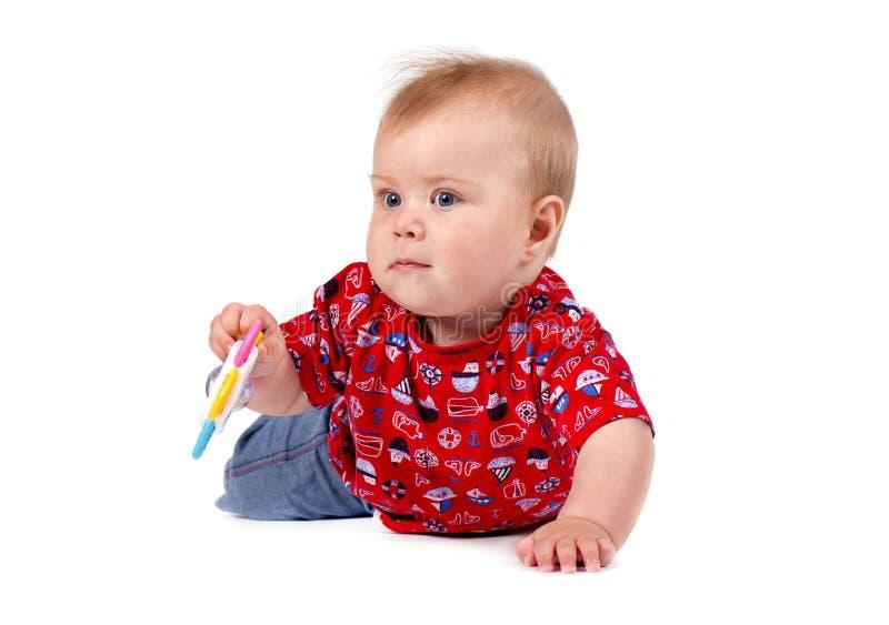 Urocza mała chłopiec ono uśmiecha się, studio strzał, odizolowywający na białym tle, uroczy dziecko portret obraz stock