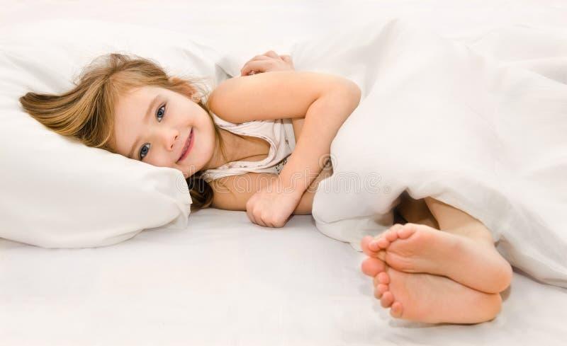 Urocza mała dziewczynka budząca up zdjęcie royalty free