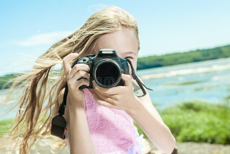 Urocza mała dziewczynka na plaża wakacje zdjęcia royalty free