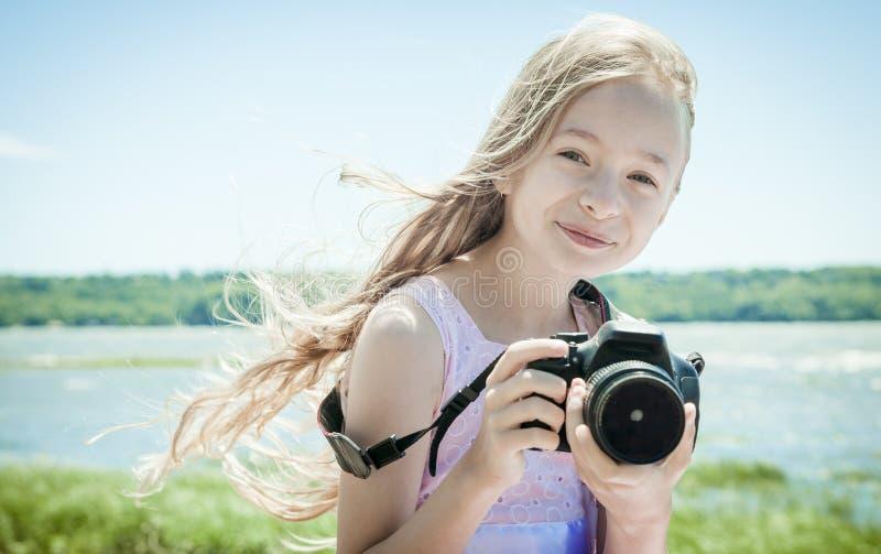 Urocza mała dziewczynka na plaża wakacje zdjęcia stock