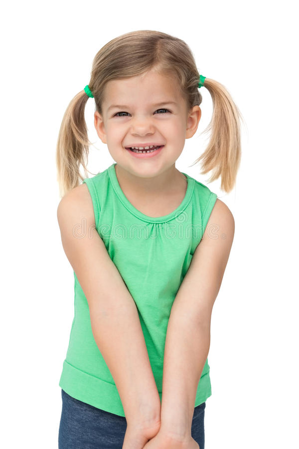 Urocza mała dziewczynka ono uśmiecha się przy kamerą fotografia royalty free