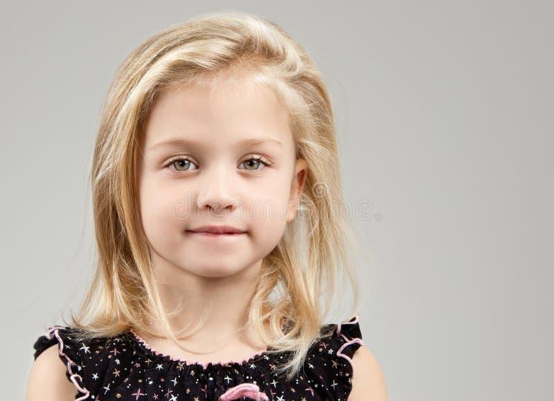 Urocza mała dziewczynka patrzeje kamerę obrazy stock