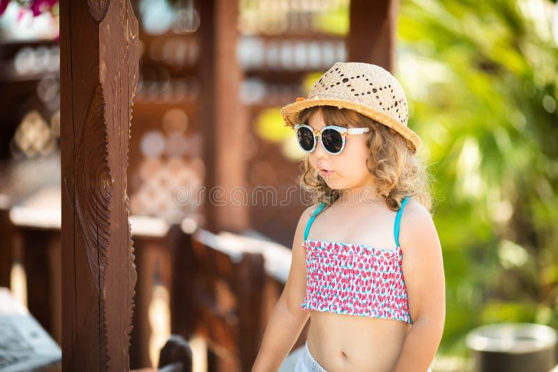 Urocza mała dziewczynka przy tropikalnym kurortem, pogodny letni dzień zdjęcie stock