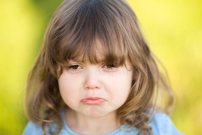 Urocza mała dziewczynka z smutnym wyrażeniem jej twarz, iść płakać fotografia royalty free