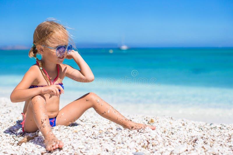 Urocza mała dziewczynka zabawę przy tropikalną plażą obraz stock