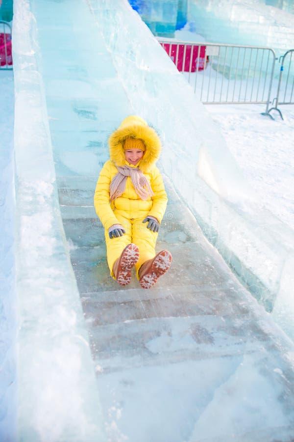 Urocza małej dziewczynki jazda na lodowym wzgórzu outdoors zdjęcia royalty free