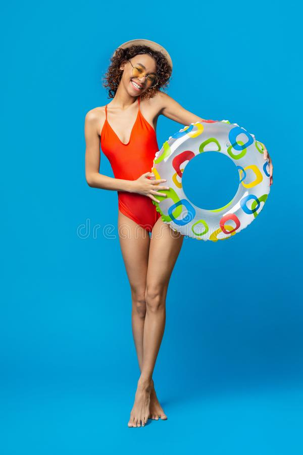 Urocza millennial afrykańska dziewczyna iść pływać z nadmuchiwanym okręgiem fotografia royalty free