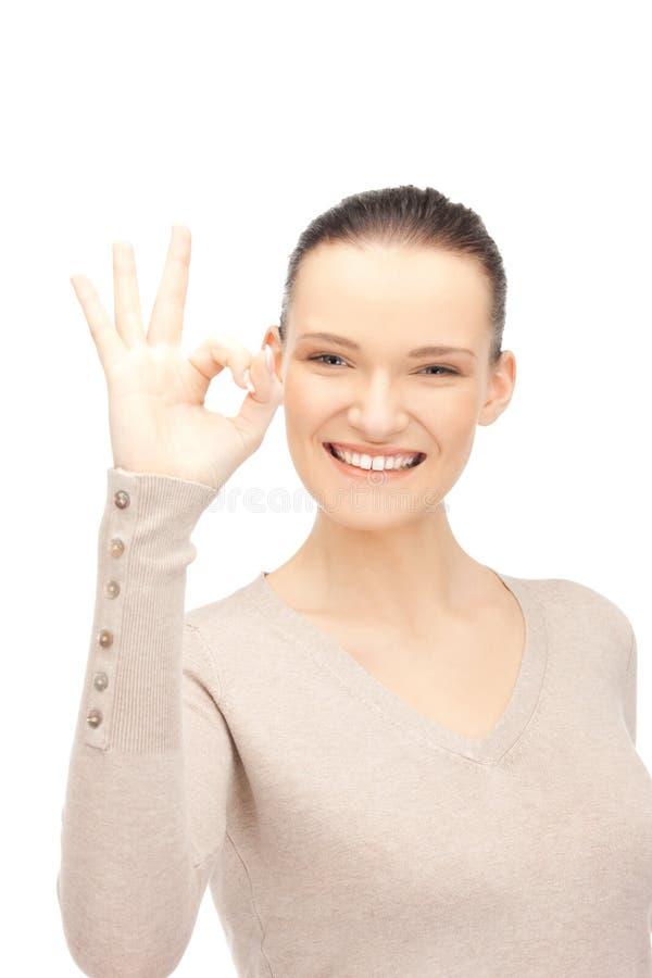 Urocza nastoletnia dziewczyna pokazuje ok znaka zdjęcie stock