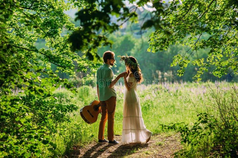 Urocza para cuddling w drewnach obrazy royalty free