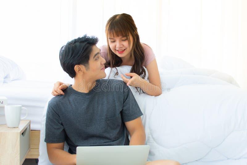 Urocza para używa laptop w sypialni obrazy royalty free