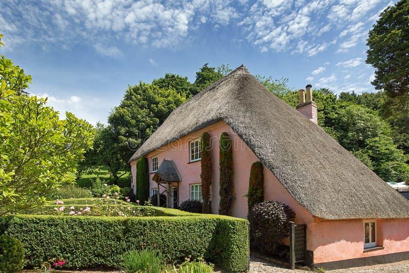 Urocza Pokrywająca strzechą chałupa w Cockington wiosce, Torquay, Anglia zdjęcie stock