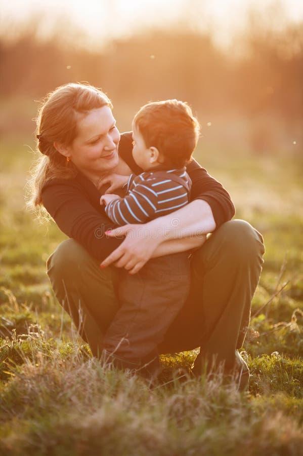 Urocza potomstwo matka z synem zdjęcia stock