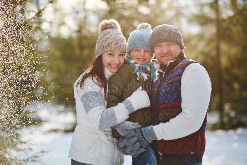 Urocza rodzina w śnieżnym parku zdjęcia royalty free