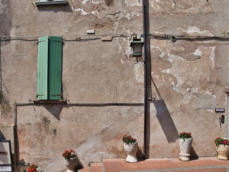 Urocza scena ściana, okno, kwiaty w wazach i lampion wieśniaka, obraz royalty free