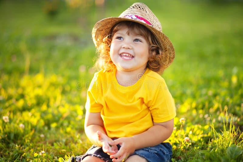 Urocza szczęśliwa todder dziewczyna z stawu kapeluszem, mały rolnik zdjęcie royalty free